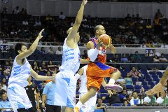 Sol Meracod of Meralco Bolts agains Powerade Tigers